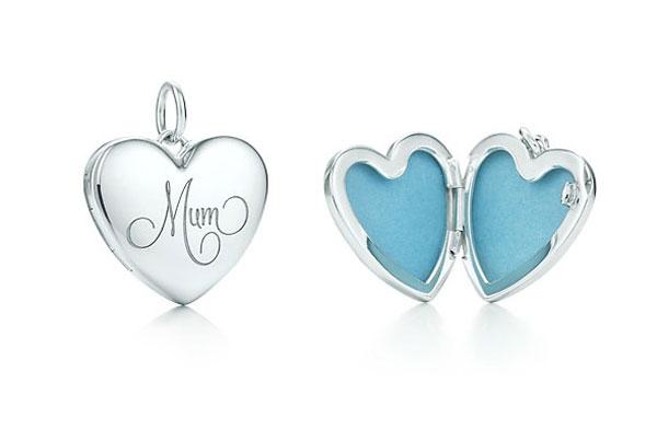 check-out 4720d ef1b3 Tiffany & Co, il ciondolo d'argento dedicato alle mamme ...