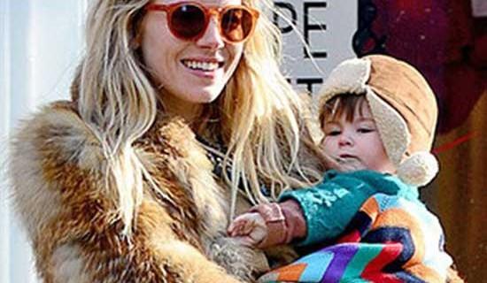 Sienna Miller copre la sua bimba con la coperta Bugaboo di Missoni