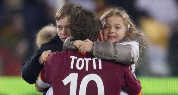 """I figli di Francesco Totti e Ilary Blasi in campo con la maglietta """"Sei forte papà"""""""