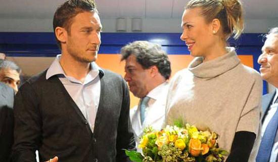 Francesco Totti e Ilary Blasi acclamati dai bimbi del Policlinico Gemelli di Roma