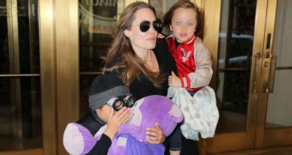 Angelina Jolie a New York fa shopping nei negozi di giocattoli insieme ai suoi figli