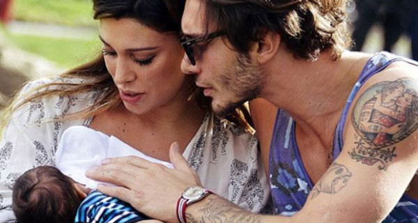 Il look di Belen mentre allatta Santiago: comodo e pratico