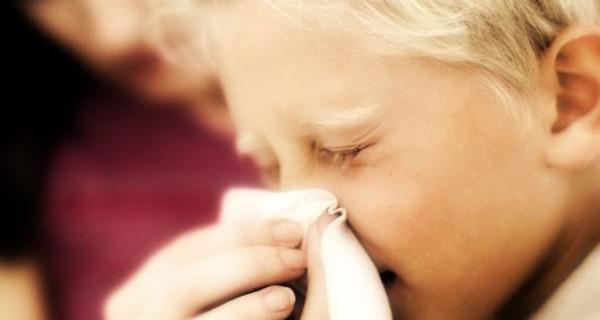 Come insegnare ai bimbi a soffiarsi il naso da soli? Provate con lo spray nasale Narhinel