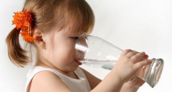 Perchè i bambini devono bere tanta acqua? Le regole per una giusta idratazione