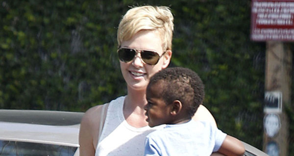 Charlize Theron a spasso con il figlio Jackson