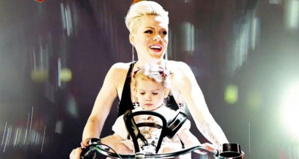 Pink e la figlia Willow nel video di True Love
