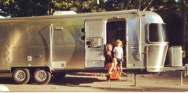 Aida Yespica e il figlio Aron in vacanza in roulotte [Foto]