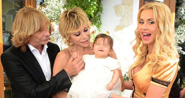 Il battesimo in tv di Maria, la figlia di Carmen Russo ed Enzo Paolo Turchi [Foto]