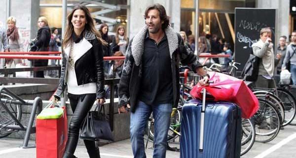 Claudia Galanti per le vie di Milano fa shopping per tutta la famiglia [Foto]