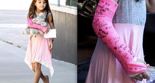 Suri Cruise sempre chic: eccola vestita tutta di rosa, gesso al braccio compreso [Foto]