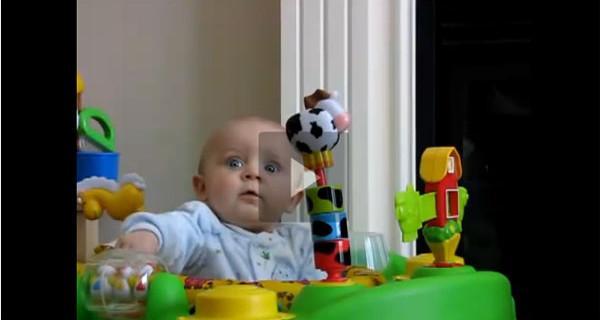 Video della settimana: il bambino che si spaventa appena sua mamma soffia il naso
