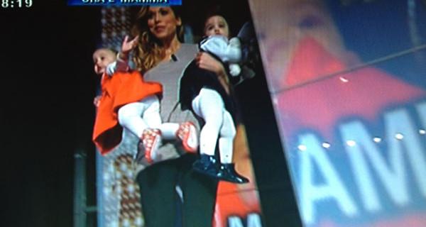 """Bambola Ramona del GF a Pomeriggio 5 con le sue bimbe: """"Ho rischiato di morire dopo il parto"""""""
