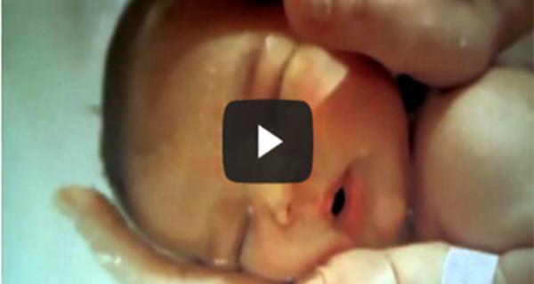Il video che sta commuovendo il web: il piccolino che si addormenta mentre fa il bagnetto