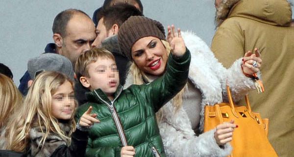 Ilary Blasi bellissima allo stadio con i figli Cristian e Chanel per vedere papà Francesco Totti