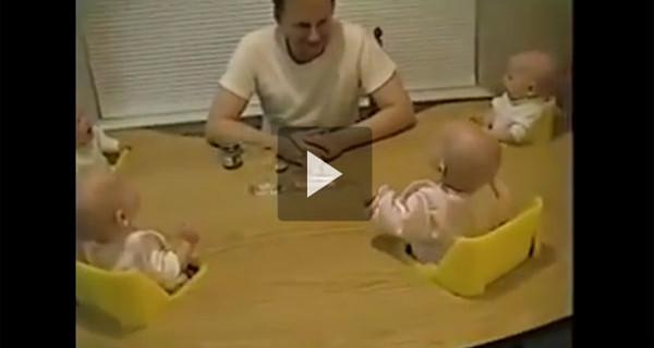 Video divertentissimo: i quattro gemellini che ridono di gusto grazie al loro papà