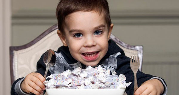 Finley, il bambino che può mangiare solo caramelle