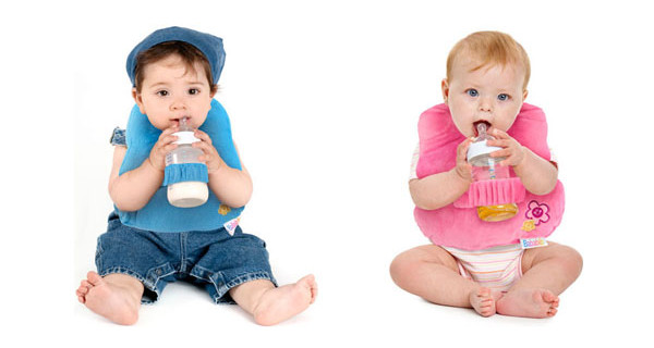 """Bababib presenta la bavaglia che """"aiuta"""" i bambini a bere il latte"""