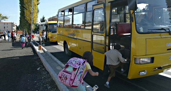 Bambina dimenticata sullo scuolabus: si era addormentata