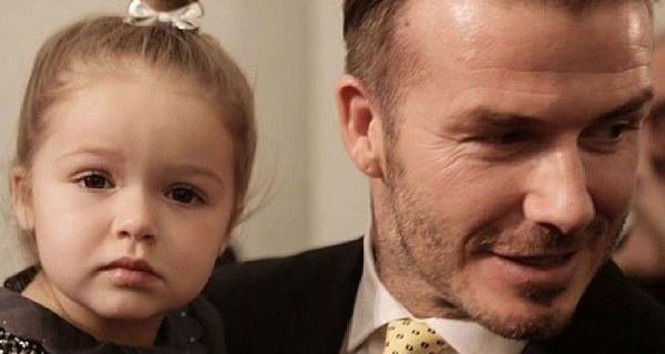 La famiglia Beckham al completo alla sfilata di Victoria. Il look della piccola Harper