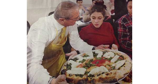 L'omaggio di Napoli alla star tv Violetta: una pizza personalizzata