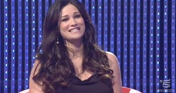 Manuela Arcuri entra al Grande Fratello per Mirco, cos'ha detto? Niente