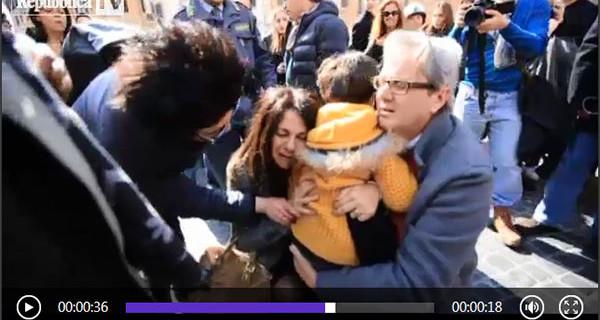 Bambino si perde tra la folla e la madre lo ritrova: il video che fa il giro del web