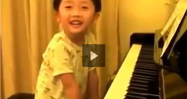 Video incredibile: questo bambino è un genio del pianoforte a soli 4 anni