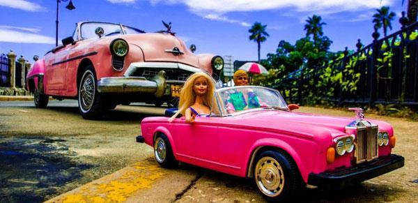 Barbie e Ken arrivano a Milano: la mostra fotografica che li ritrae in giro per il Mondo