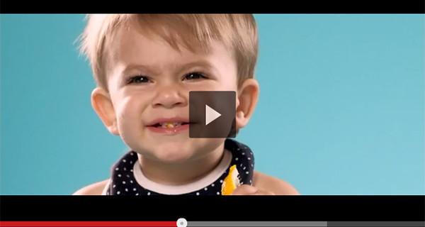 Bambini assaggiano un limone per la prima volta. Il video con le loro espressioni