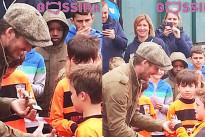 David Beckham emozionato consegna il primo trofeo calcistico al piccolo Cruz