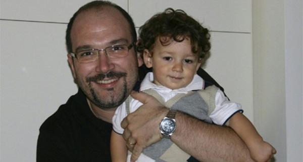 Bimbo muore dopo essere stato dimenticato in auto: oggi il papà salva altri bambini