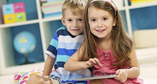 Tecnologia e bambini: smartphone e tablet non vanno usati davanti a loro