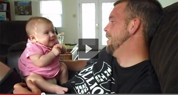 Bambina di due mesi commuove il web dicendo al papà I Love You [VIDEO]