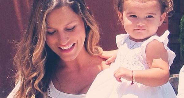 Lola Ponce incinta e raggiante al battesimo della piccola Erin [FOTO]