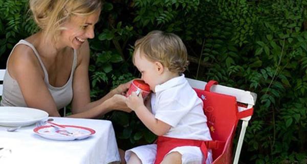 Gli accessori per mangiare all'aperto con il bebè: seggiolini portatili e set pappa