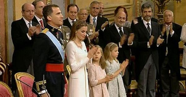 Felipe VI è Re di Spagna e festeggia con le figlie Leonor e Sofia. La diretta della proclamazione