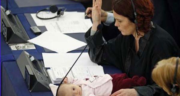 Mamme Lavoratrici: lo Stato le aiuta con 300 euro al mese per la baby sitter