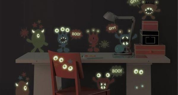 Stickers da parete che si illuminano al buio: i simpatici mostriciattoli colorati