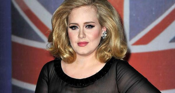 """Adele contro i paparazzi: """"Cancellate tutte le foto di mio figlio!"""" Vinta la causa"""