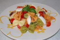 Insalata di pasta con mozzarella e pomodorini, la ricetta di un piatto completo per i bambini