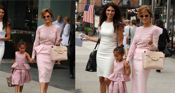 Jennifer Lopez e la figlia Emma vestite uguali a New York. Anche loro seguono la tendenza dell'estate