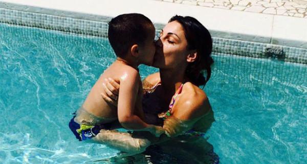 Anna Tatangelo, dopo il successo del suo ultimo brano, si gode le vacanze in famiglia