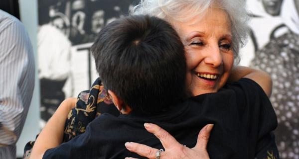 La commovente storia di Estela de Carlotto: ha ritrovato il nipote dopo 36 anni di ricerche