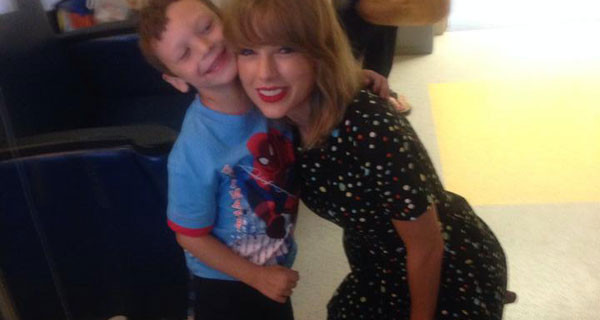Taylor Swift incontra in ospedale Jordan, un bimbo malato di 6 anni. FOTO e VIDEO