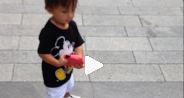 Il nuovo video del piccolo Santiago: il figlio di Belen e il suo cagnolino [VIDEO]