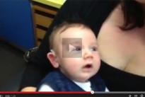 Bambino sordo dalla nascita ascolta per la prima volta la voce della mamma: ecco la sua reazione [VIDEO]