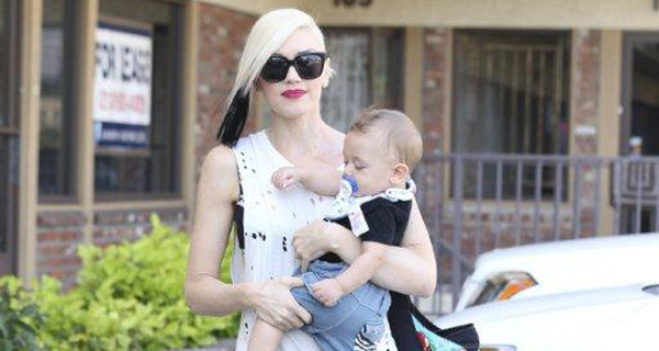Gwen Stefani con il figlio Apollo e la borsa CYBEX by Jeremy Scott