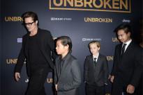 Brad Pitt sul red carpet con i figli. E Angelina Jolie? A casa con la varicella [FOTO]