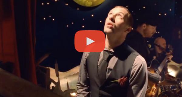"""Canzone di Natale di oggi: """"Christmas Lights"""" dei Coldplay. Video, Testo e Traduzione"""