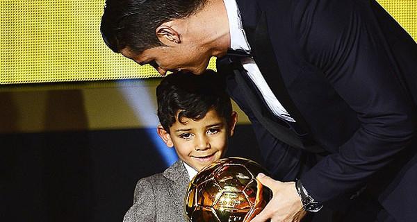 """Cristiano Ronaldo """"papà D'Oro"""": sul palco di Zurigo insieme al suo bimbo. """"Ringrazio mio figlio"""""""